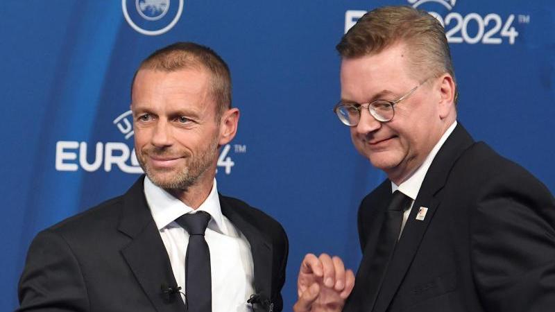UEFA-Boss Aleksander Ceferin (l. und der damalige DFB-Präsident Reinhard Grindel bei einem Pressetermin