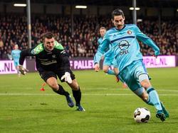 Theo Zwarthoed (l.) kijkt verschrikt naar Marko Vejinović (r.) die de goalie tijdens Go Ahead Eagles - Feyenoord uitspeelt. (06-11-2016)