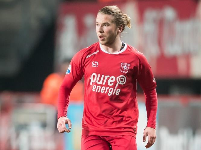 Jeroen van der Lely voor FC Twente in actie tegen AZ Alkmaar. (17-12-2016)