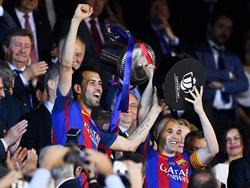 Busquets e iniesta levantan la Copa del Rey en el Calderón (Foto: Getty)