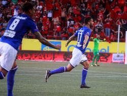 Édgar Méndez (dcha.) celebra su doblete en el estadio Caliente. (Foto: Imago)