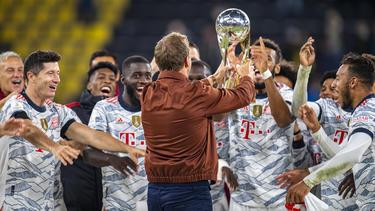 Trainer Julian Nagelsmann (braune Jacken) feiert mit den Stars des FC Bayern