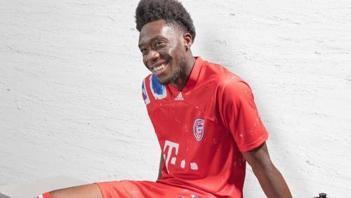 Alphonso Davies trägt ein neu gestaltetes Sondertrikot des FC Bayern München. Foto: adidas/dpa