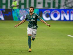 Raphael Veiga celebra un tanto con el Palmeiras.