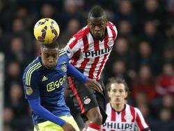 Riechedly Bazoer (l.) gaat samen met Nicolas Isimat-Mirin de lucht in voor een luchtduel tijdens PSV - Ajax. (01-03-2015)