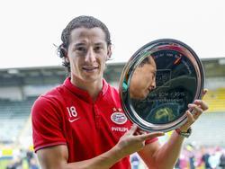 Na de laatste wedstrijd van het seizoen, PSV speelt een uitwedstrijd tegen ADO Den Haag, krijgt Andrès Guardado de prijs voor voetballer van het seizoen uitgereikt. (17-05-2015)