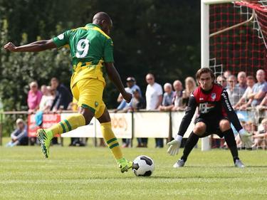 Gervane Kastaneer (l.) krijgt een grote kans om te scoren tijdens de oefenwedstrijd ADO Den Haag - FC Eindhoven. Oog in oog met Ruud Swinkels (r.) mist hij echter. (15-07-2016)