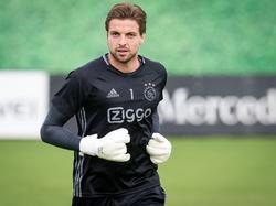 De revalidatie van Tim Krul is succesvol verlopen, de goalie van Ajax moet nu alleen nog wedstrijdfit worden. Krul traint voluit mee met de groep. (22-09-2016)