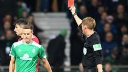 Schiedsrichter Christian Dingert (r) zeigt Werders Niklas Moisander die Gelb-Rote Karte