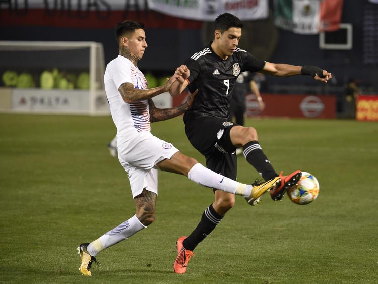 Raúl Jiménez protege el esférico ante la presión de Pulgar. (Foto: Getty)