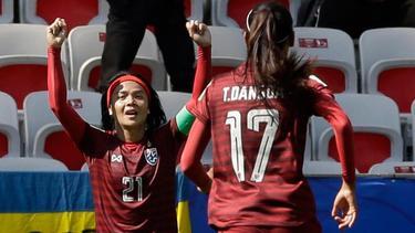 Die Thailänderin Kanjana Sung-Ngoen (l.) feiert ihren Treffer gegen Schweden