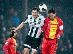 Sander Duits (r.) gaat een luchtduel aan met Mike Havenaar (l.) tijdens het competitieduel Go Ahead Eagles - ADO Den Haag (11-02-2017).