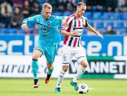 Freek Heerkens (r.) probeert te ontsnappen aan Nicolai Jørgensen (l.) tijdens het competitieduel Willem II - Feyenoord (02-10-2016).