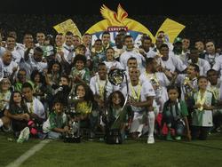 Los jugadores de Nacional posan con el trofeo sobre el campo. (Foto: Imago)