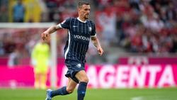 Simon Zoller vom VfL Bochum führt den Ball im Dribbling am Fuß