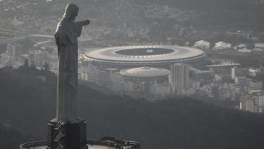 """Das Maracanã-Stadion inRio hinter der Christusstatue """"Cristo Redentor"""""""