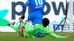 Wolfsburgs Paulo Otavio holt Hoffenheims Stürmer Munas Dabbur von den Beinen