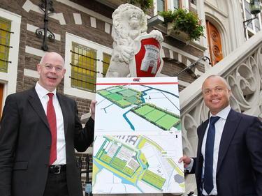 Toon Gerbrands (l.) en Earnie Stewart tonen het eerste concept van het nieuwe trainingscomplex van AZ. Het plan moet in 2014 of 2015 gerealiseerd worden. (26-10-2011)