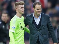 Daley Sinkgraven (l.) en trainer Frank de Boer (r.) verlaten tevreden het veld van De Kuip na het gelijkspel van Ajax tegen Feyenoord. (08-11-2015)
