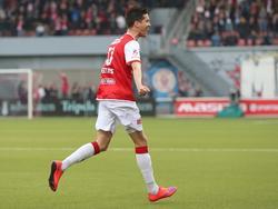 Stef Peeters staat dichterbij de bank dan bij medespelers als hij de 1-0 scoort in de play-offs tegen FC Volendam. De Belg schiet een vrije trap van ver rechtstreeks tegen de touwen. (02-05-2016)