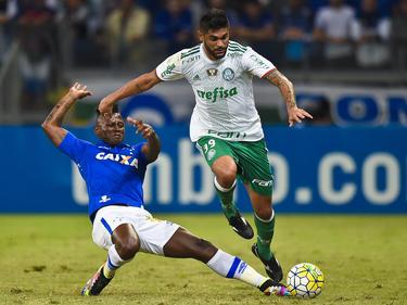Duvier mete el pie para robar el cuero con Cruzeiro. (Foto: Getty)
