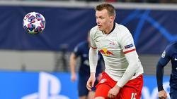 Lukas Klostermann von RB Leipzig am Ball