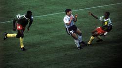 Diego Maradona (Mitte) konnte die Pleite gegen Kamerun nicht fassen