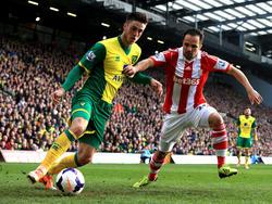 Ricky van Wolfswinkel (l.) duelleert met Matthew Etherington (r.) tijdens Norwich City - Stoke City. (8-3-2014)