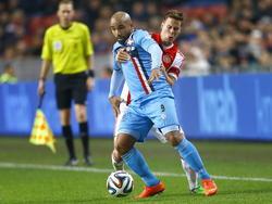 Niklas Moisander (r.) heeft veel moeite met het afstoppen van Samuel Armenteros (l.) tijdens het competitieduel Ajax - Willem II. (06-12-2014)