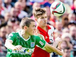 Zwollenaar Thomas Lam (l.) gaat een kopduel aan met de kopsterke Feyenoorder Michiel Kramer. (27-09-2015)
