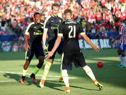 Rob Holding (centro) celebrando su gol ante las Chivas. (Foto: Getty)