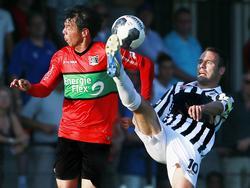 Thijs Hendriks (r.) vecht een duel uit met Jeffrey Leiwakabessy (l.) tijdens het oefenduel Achilles'29 - NEC Nijmegen (19-07-2016).