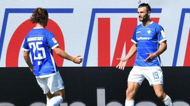 Darmstadts Torschütze Serdar Dursun (r) jubelt mit Mannschaftskamerad Yannick Stark über das 1:0