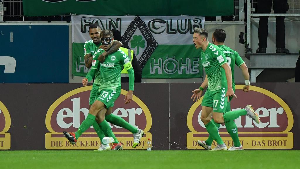 Die Spieler von Greuther Fürth jubeln über den Treffer zum 1:0