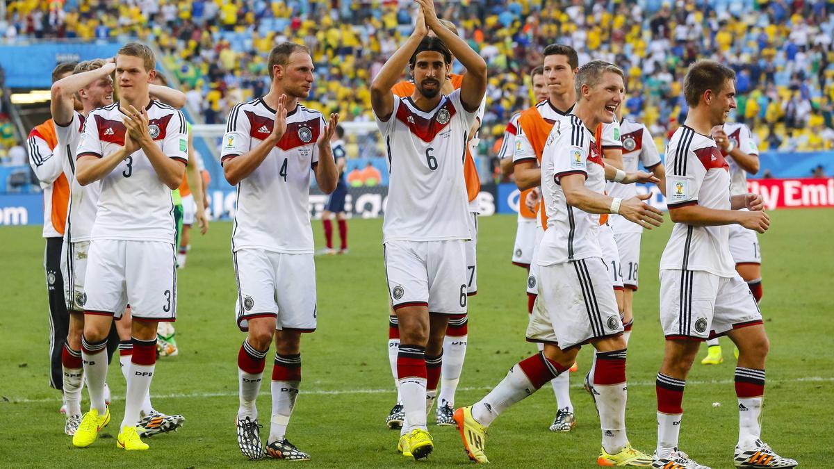 Benedikt Höwedes (2.v.l.) soll neuer DFB-Teammanager werden