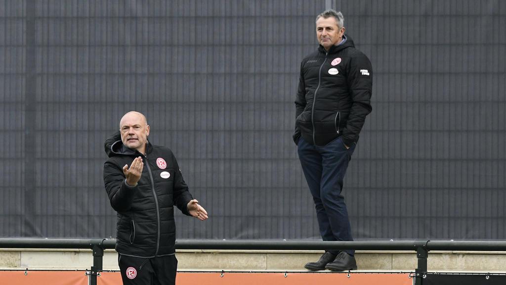 Klaus Allofs (r.) hält Uwe Rösler noch den Rücken frei