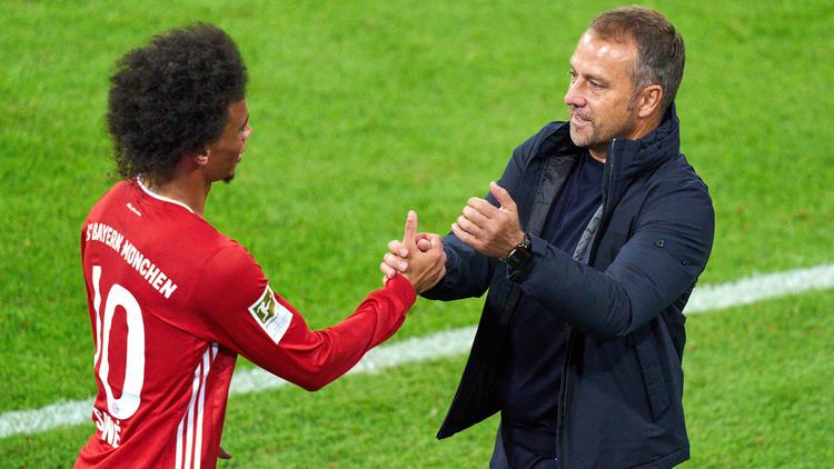 Hansi Flick (re.) und der FC Bayern bekommen es mit der Eintracht aus Frankfurt zu tun