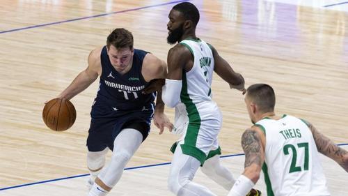 Luka Doncic (l.) sorgte im letzten Moment für einen Sieg der Dallas Mavericks