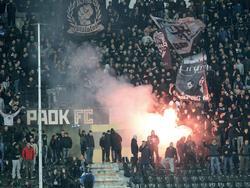 PAOK-Fans zünden Bengalos