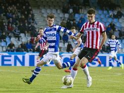 De Graafschap-speler Bart Straalman (l.) met Jong PSV-speler Andrija Lukovic (r.) (27-02-2015)