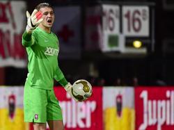 Joël Drommel probeert als doelman van Jong FC Twente zijn teamgenoten te sturen tijdens het competitieduel met Sparta Rotterdam. (27-02-2015)