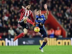 Juanmi (l.) weet op het allerlaatste moment met een behendige sprong voor Tottenham Hotspur-verdediger Kyle Walker (r.) te komen. (19-12-2015)