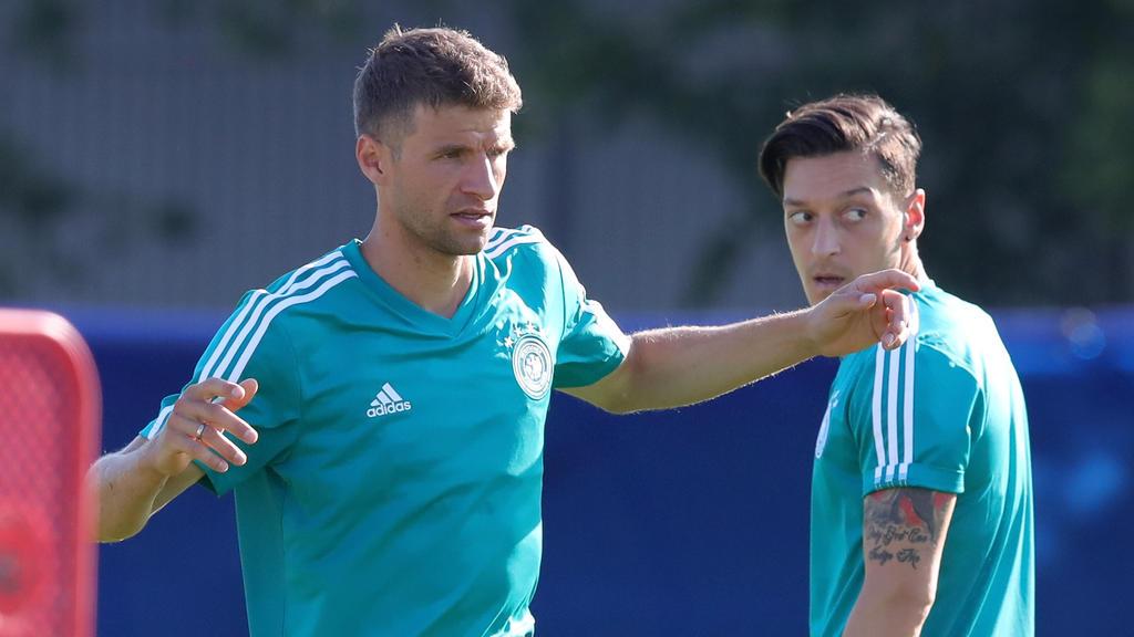 Der Berater von Mesut Özil kann die Aussagen von Thomas Müller (l.) nicht nachvollziehen
