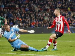 PSV-middenvelder Bart Ramselaar (r.) chipt de bal over de uitkomende Sparta-doelman Roy Kortsmit. (22-10-2016)