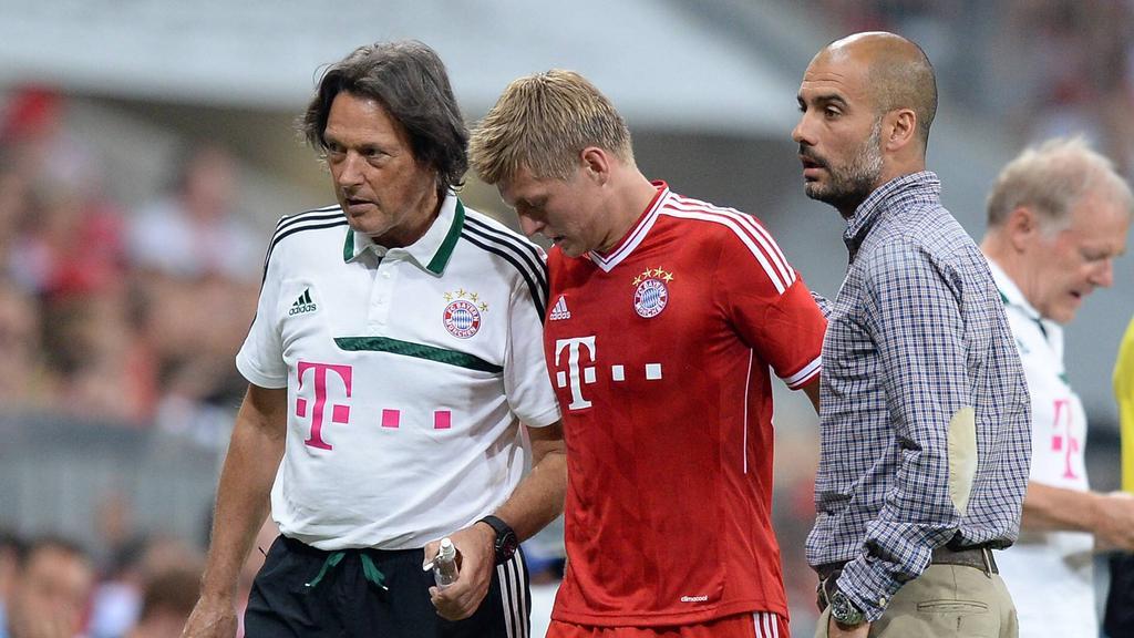 Toni Kroos (M.) erzählte Team-Doc Hans-Wilhelm Müller-Wohlfahrt (l.) nicht immer die ganze Wahrheit