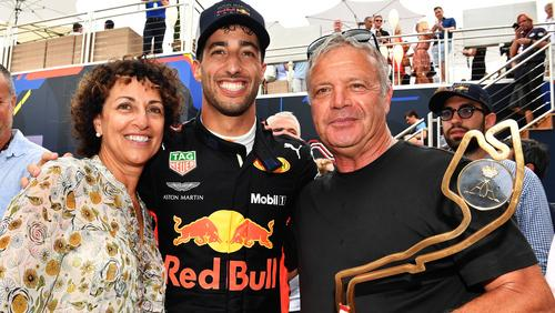 Daniel Ricciardo mit seinen Eltern nach dem Monaco-Sieg 2018