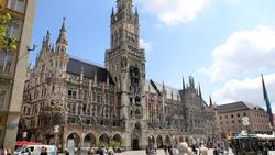 Das Münchner Rathaus wurde mit Regenbogen-Fahnen beflaggt