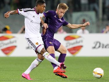 Jean Paul Boëtius vecht een duel uit met Jakub Blaszczykowski in de Europa League-wedstrijd tussen FC Basel en Fiorentina. (17-09-2015)