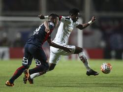 Paulo Díaz (izq.) lucha con Jairo Padilla de Liga de Quito en la Libertadores. (Foto: Imago)