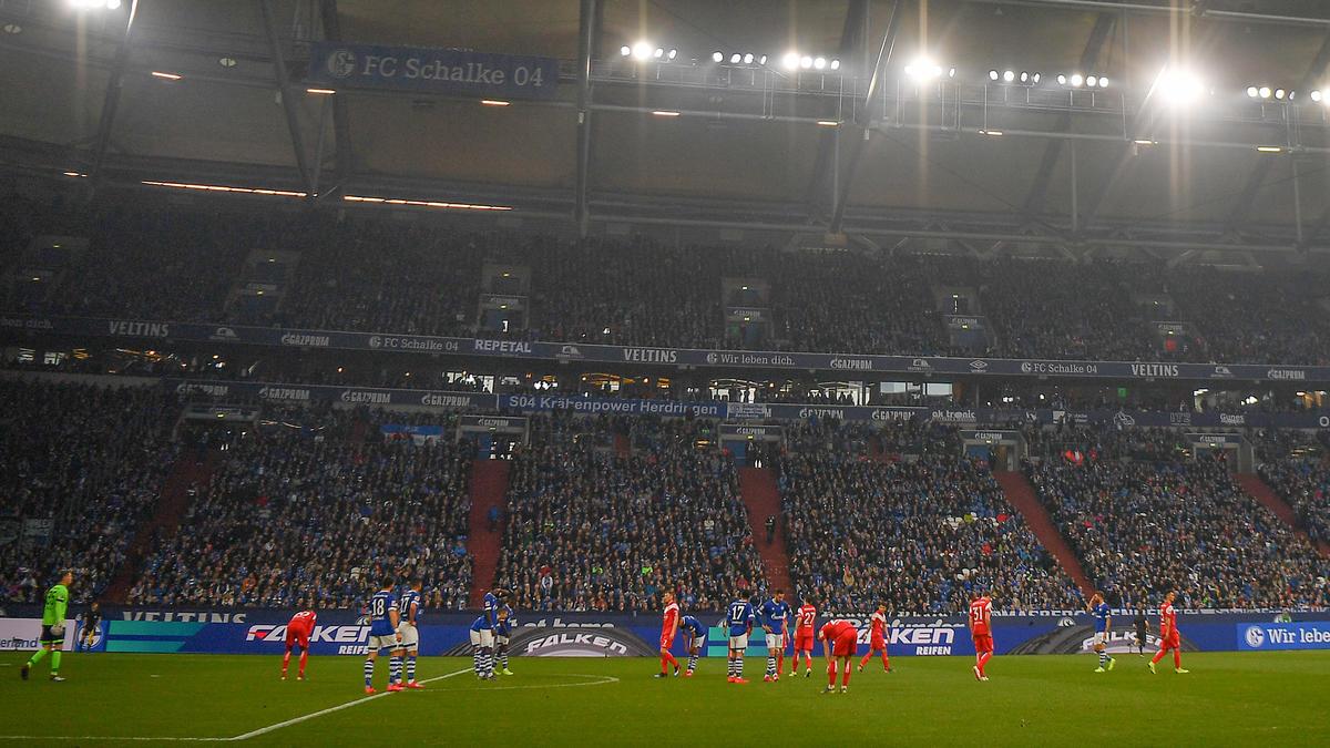 Hooligans von Fortuna Düsseldorf und Schalke 04 haben sich eine Massenschlägerei geliefert